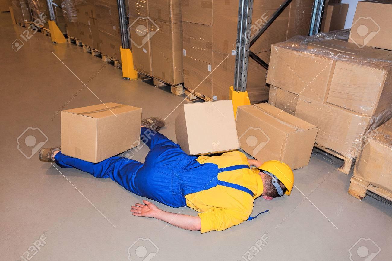 段ボール箱の中の作業労働者の事故 の写真素材・画像素材 Image 23699519.