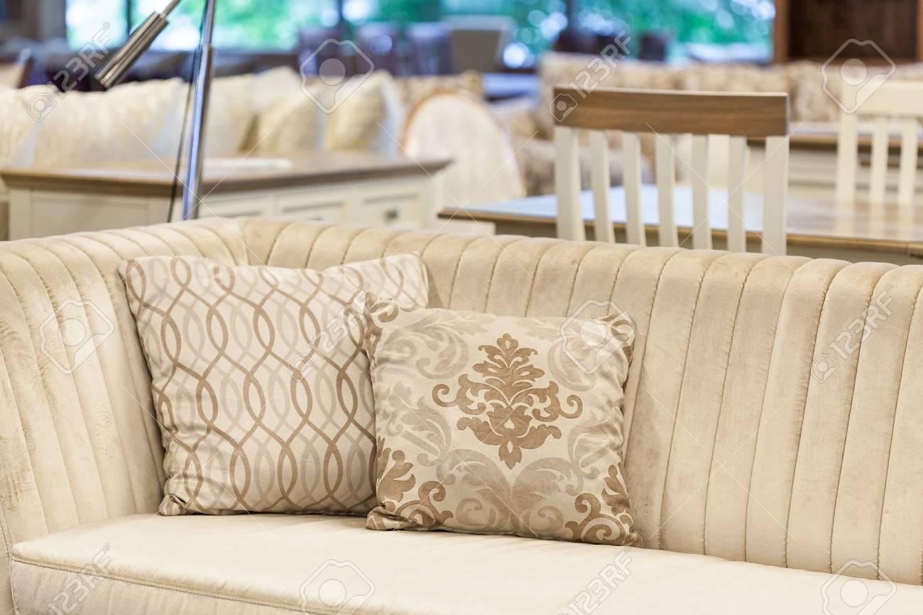 Un Sofá De Terciopelo Color Crema Con Cojines Bordados Fotos