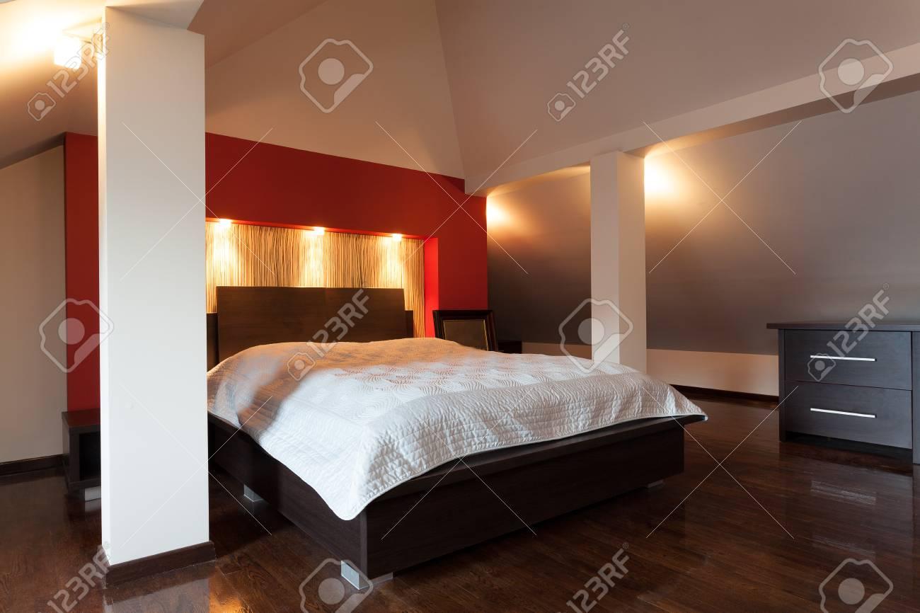 Doppelbett In Einem Modern Gestalteten Zimmer Lizenzfreie Fotos ...