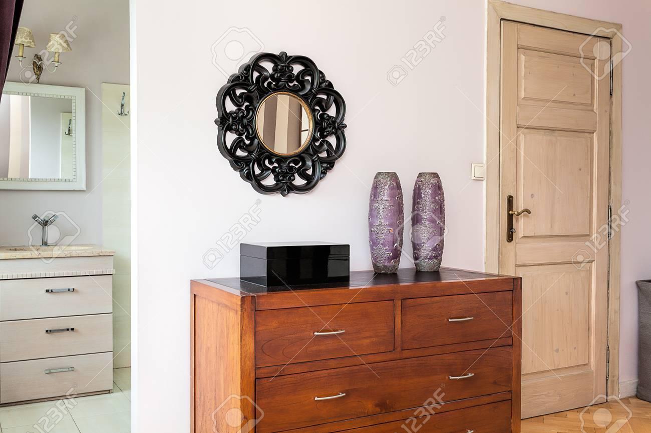 vintage mansion - marrone scuro cassettiera in legno foto royalty ... - Cassettiera Legno Scuro