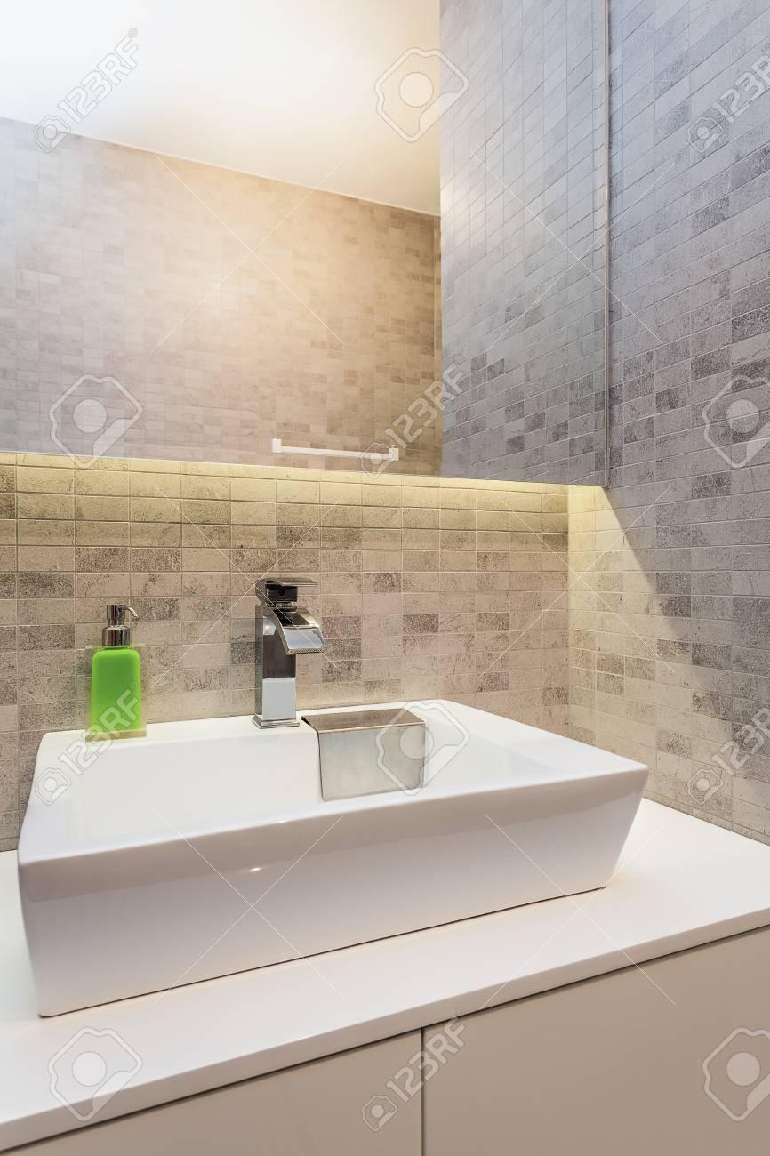 Apartamento Urban - lavabo moderno en el cuarto de baño pequeño
