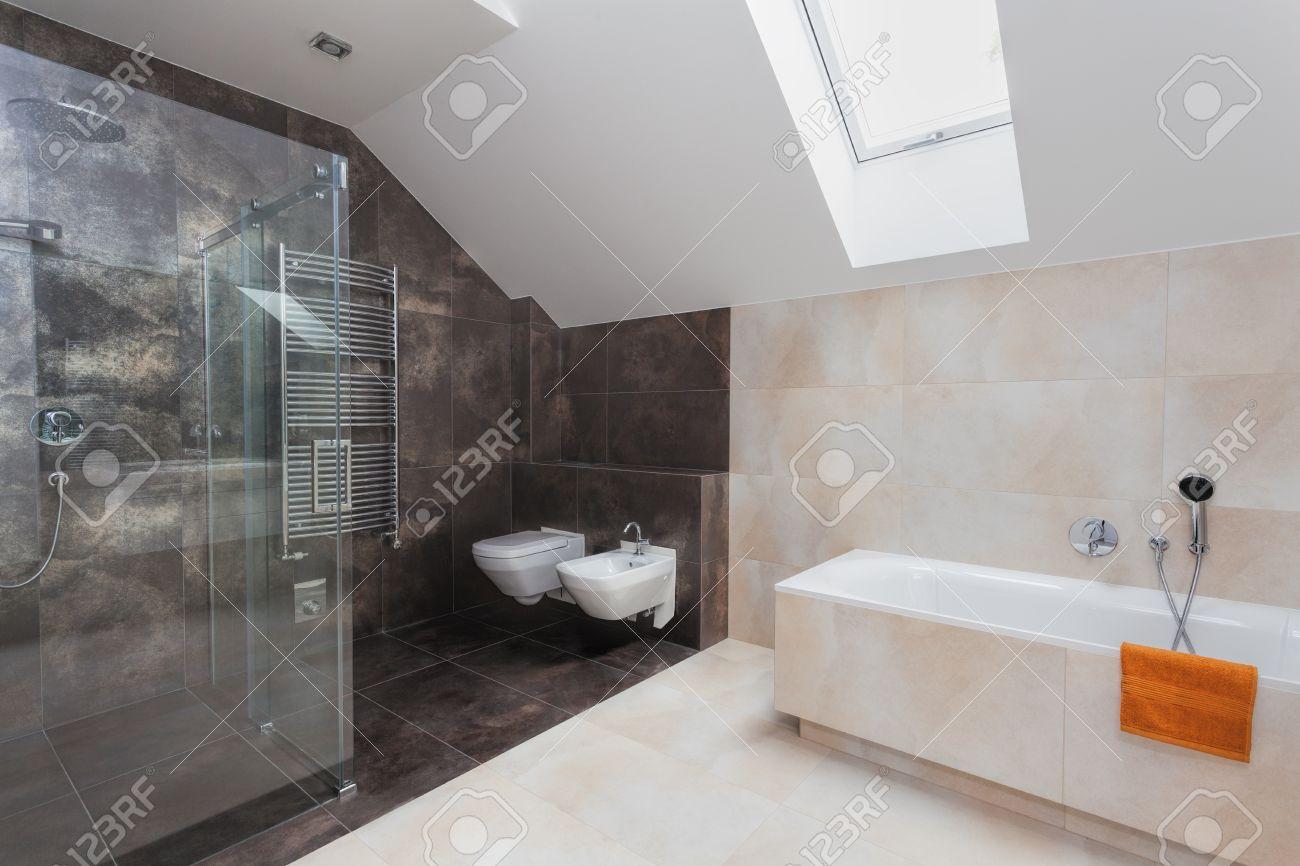 Badezimmer Mit Glasdusche Wc Bidet Und Badewanne Lizenzfreie Bilder With Bad  Mit Dusche Und Wc.