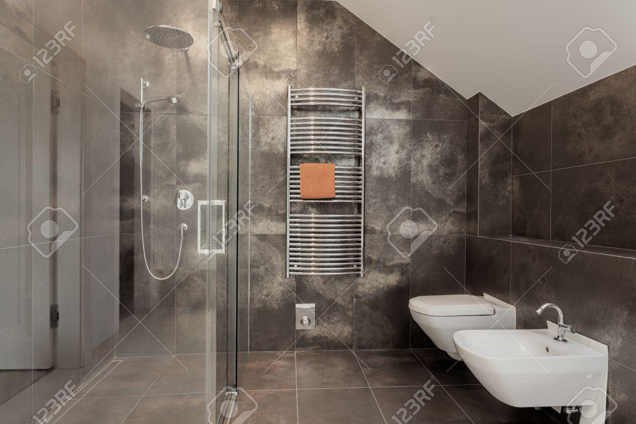 Luxus badezimmer interieur mit großen glas dusche lizenzfreie