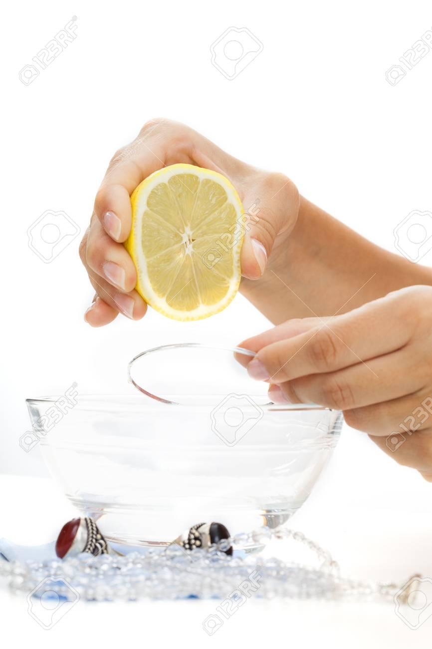 163dc61db4d6 Una pulsera de plata que se limpia con agua y limón