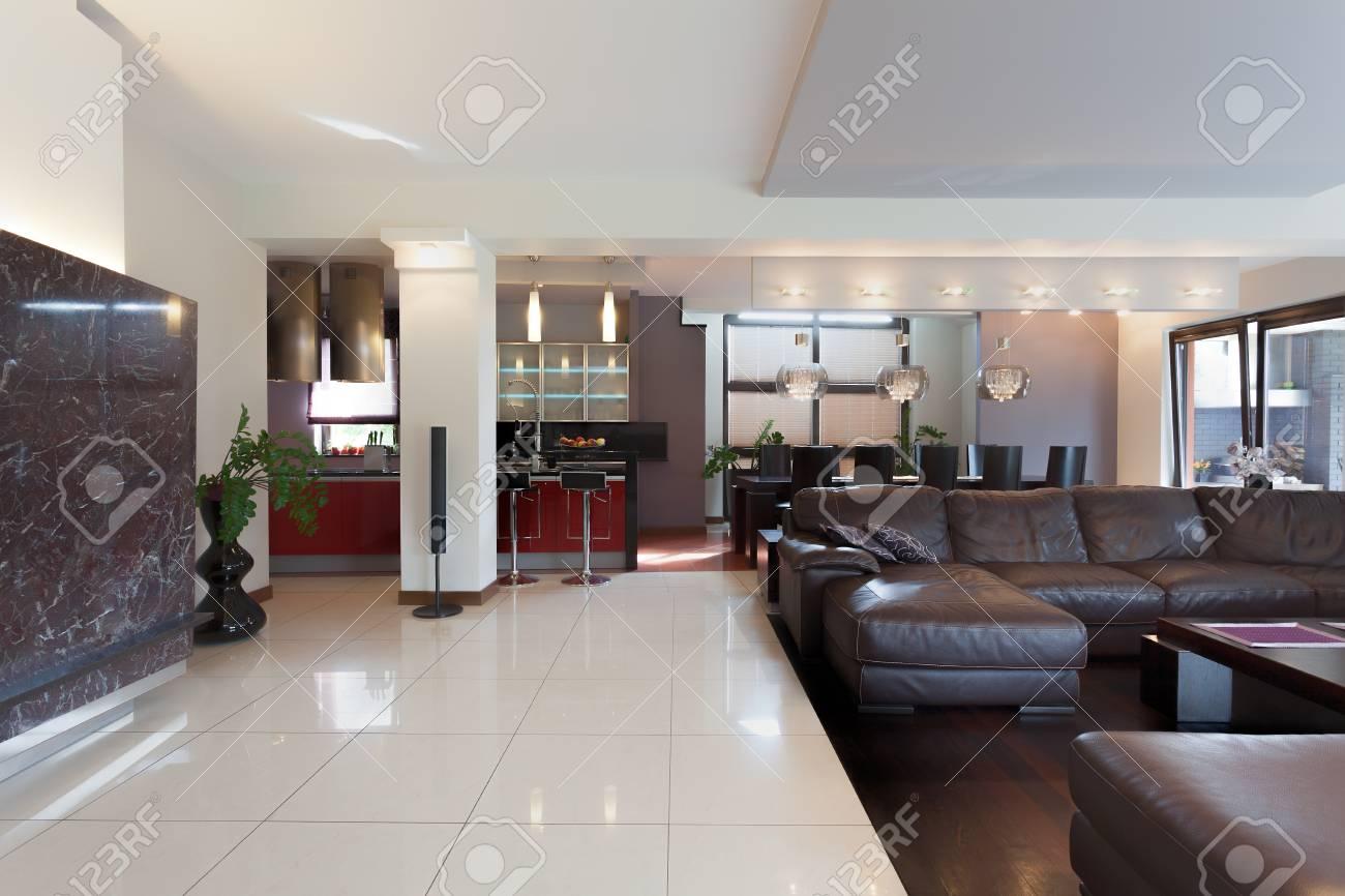Cuisine, salon et salle à manger dans la maison moderne