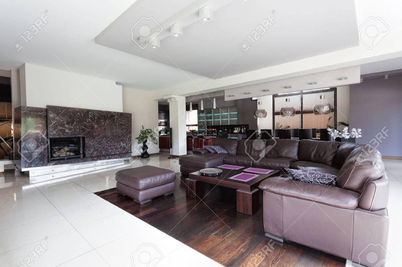 Geraumige Moderne Wohnzimmer Und Grosse Couch