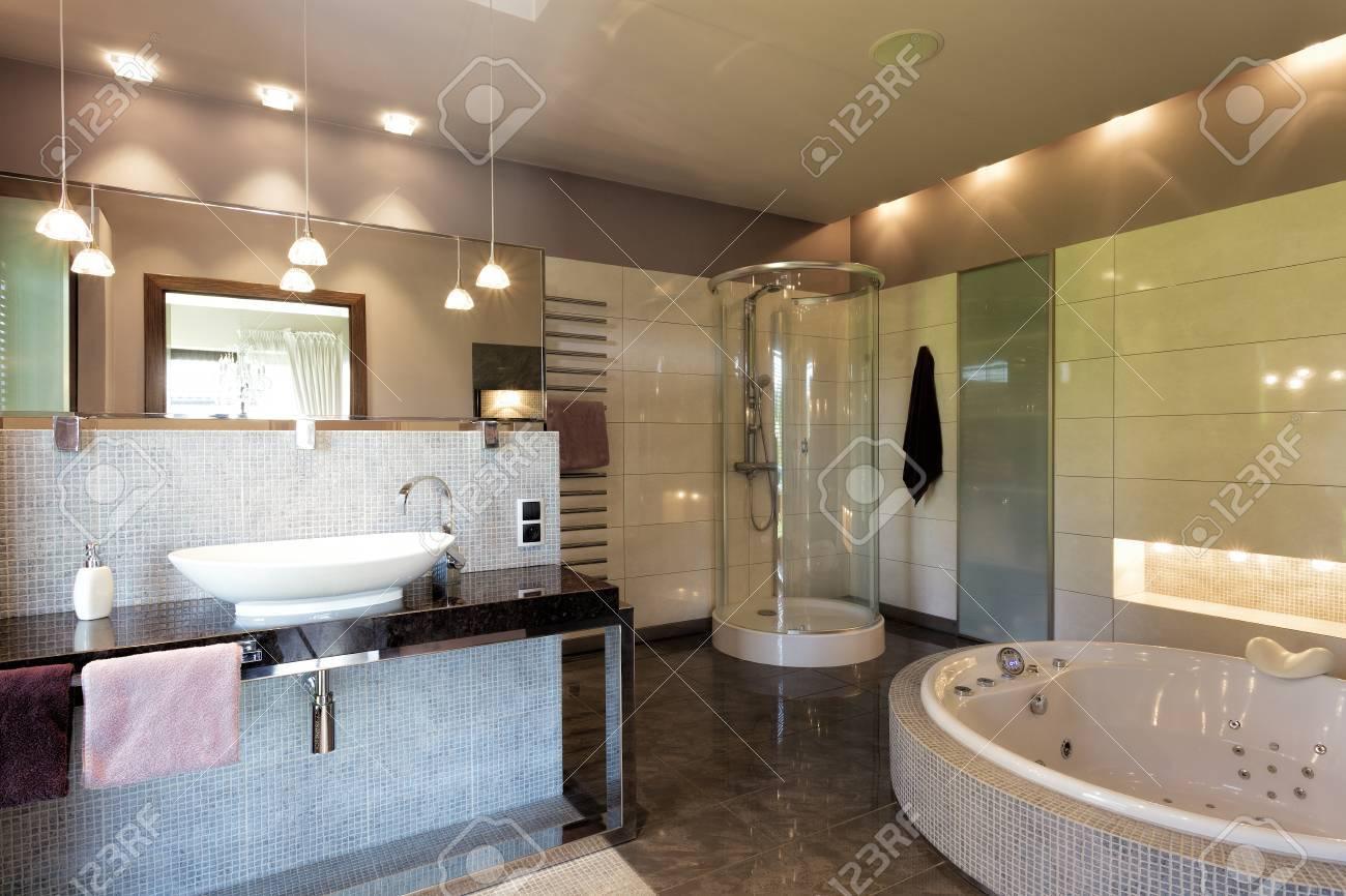 Un Gran Cuarto De Baño De Lujo Con Elegante Iluminación Fotos ...