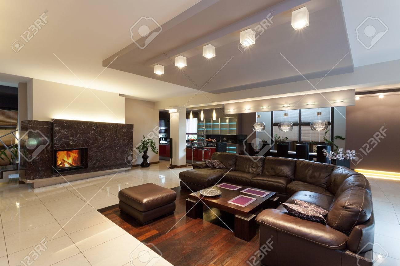 Amplio salón comedor con sofá en casa moderna