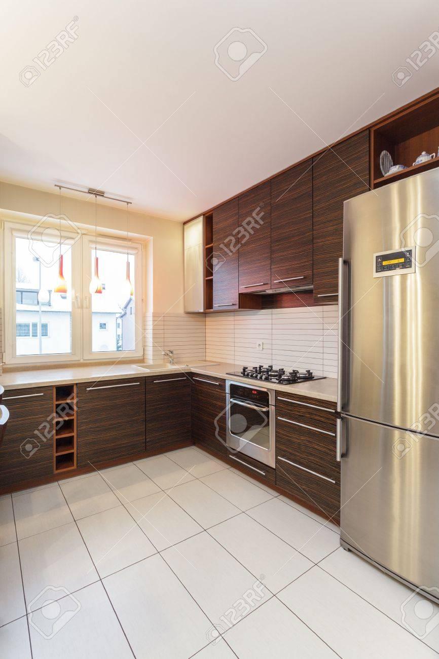 Amplio apartamento - interior de la cocina con muebles de color marrón