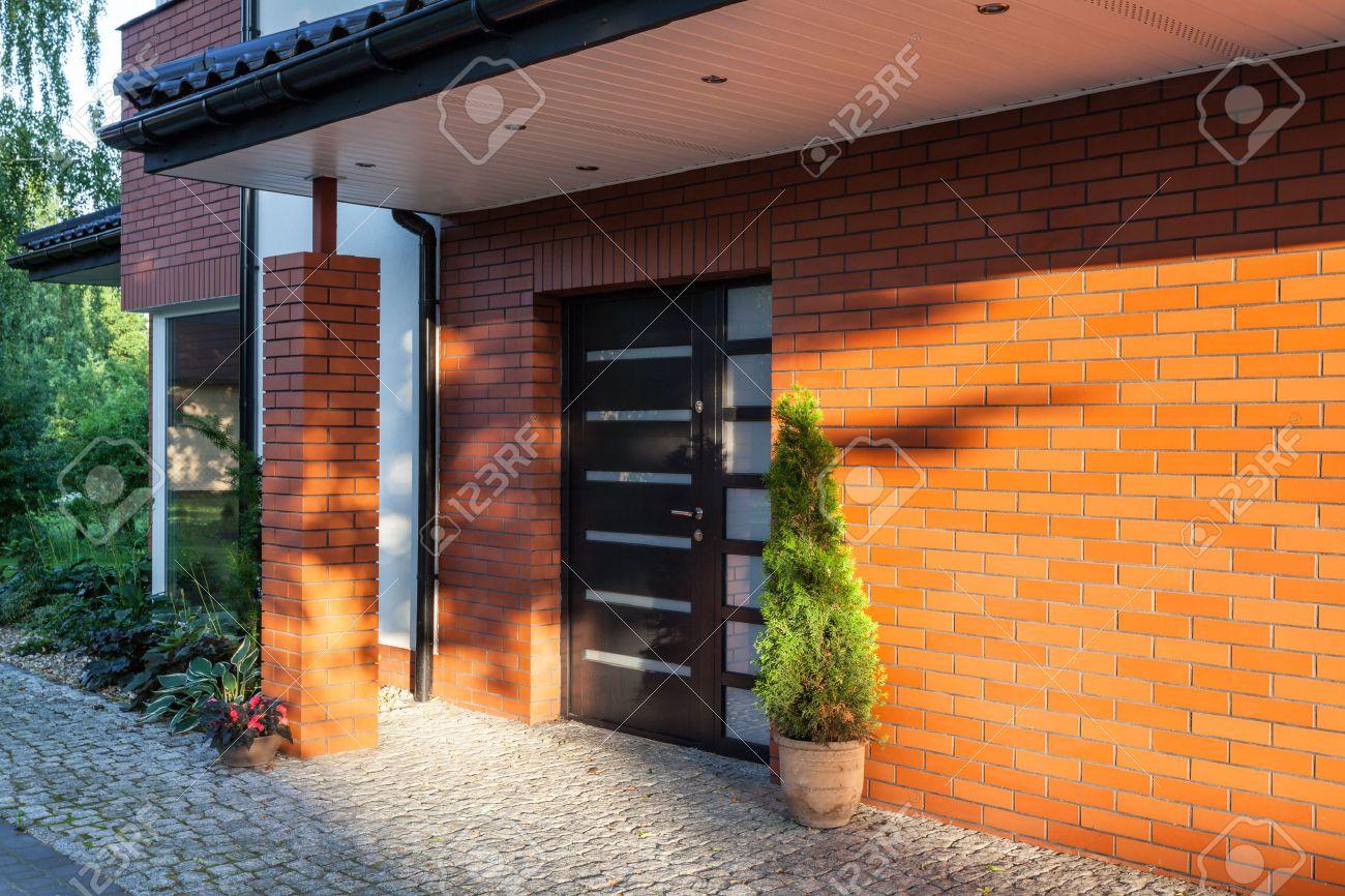 puerta de entrada de una casa moderna de ladrillo foto de archivo
