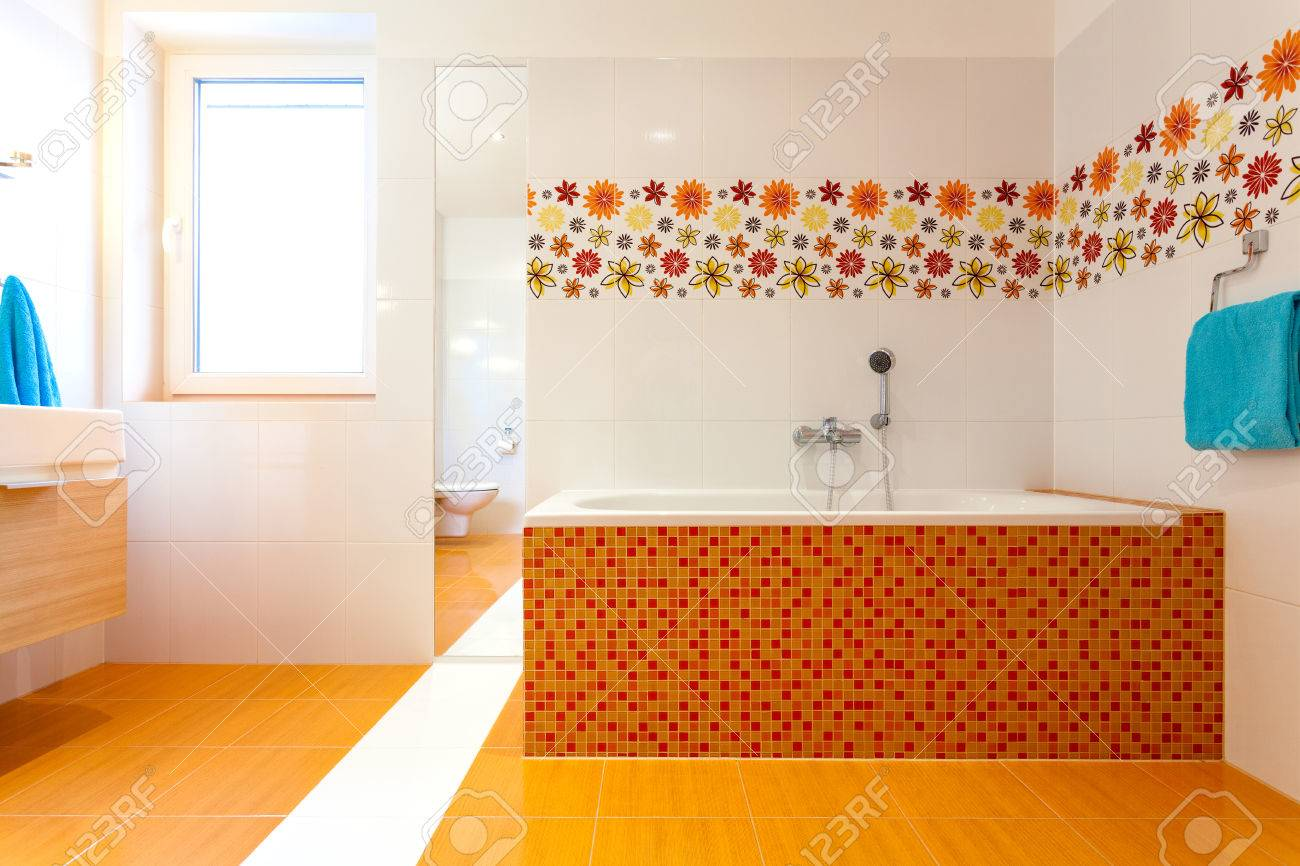 Grande Salle De Bain Orange Dans L\'immense Salle De Bains Moderne à ...