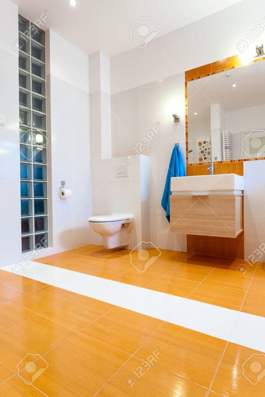Grande Salle De Bains Orange Contemporaine Avec WC à La Nouvelle ...
