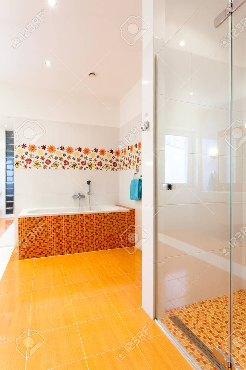 Badewanne Und Dusche In Große Komfortable Und Moderne Badezimmer Im Neuen  Haus Standard Bild