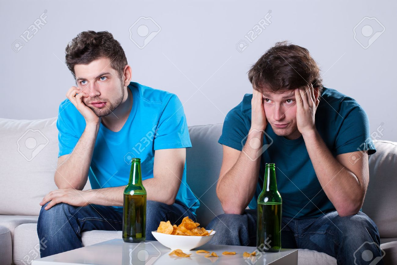 https://previews.123rf.com/images/bialasiewicz/bialasiewicz1402/bialasiewicz140200087/25681383-two-friends-bored-over-bottles-of-beer-and-nachos.jpg
