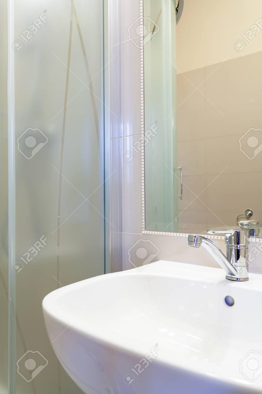 Nouvel évier blanc classique moderne dans salle de bain contemporaine