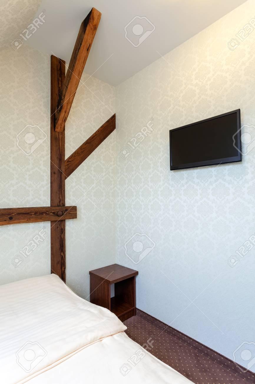 Caldo classico moderno camera da letto dell\'hotel con mobile tv e comodino