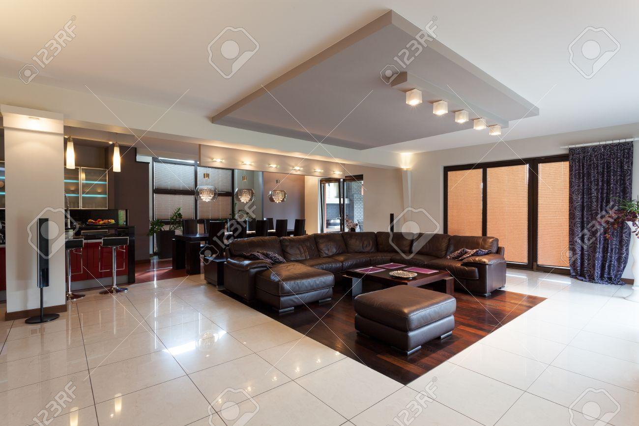 Eine Geräumige Elegante Penthouse In Einem Modernen Stil Mit Einem ...