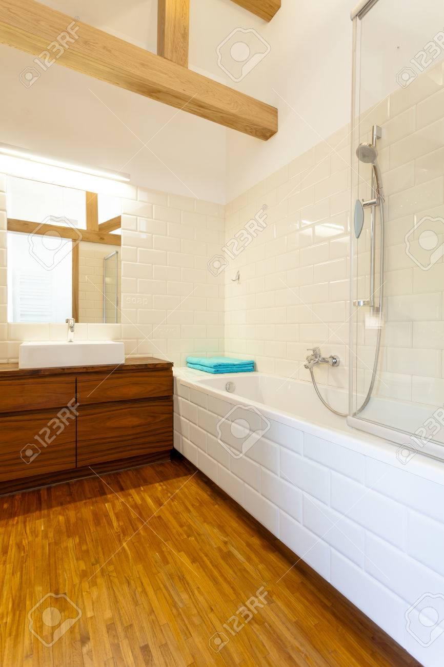 Vista vertical de cuarto de baño interior con muebles de madera