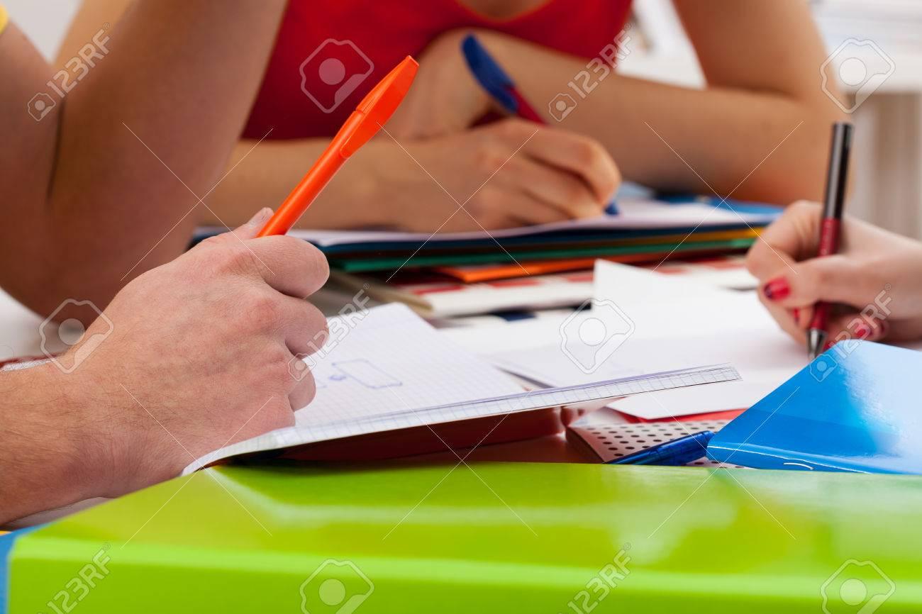 Studenten Während In Notebooks Zu Schreiben Wichtige Dinge ...
