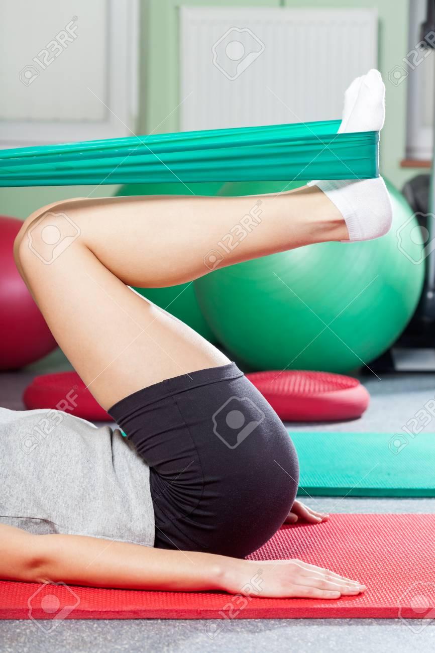 1a695ebc6d96c Close-up de l'exercice avec la ceinture de yoga élastique