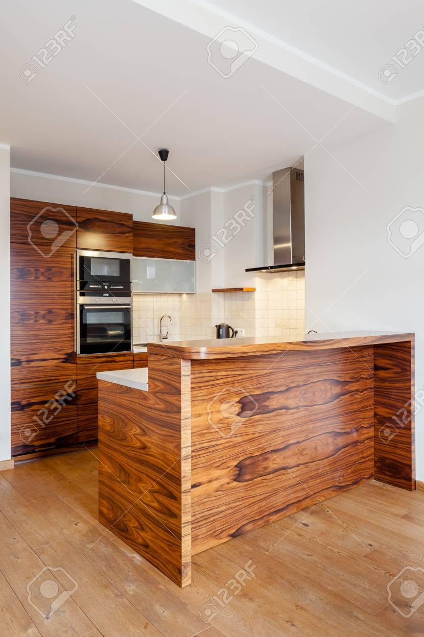 Vertikale Blick Auf Eine Moderne Küche Mit Bar Aus Holz Lizenzfreie ...