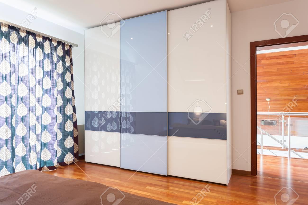 Vue De Garde Robe Moderne Nouvelle Chambre à Coucher Banque D