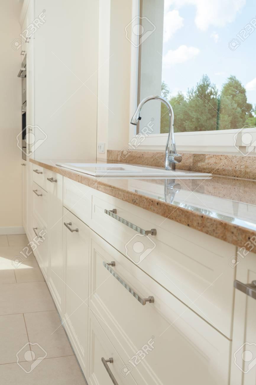 Vista de la parte superior de mármol en la cocina brillante