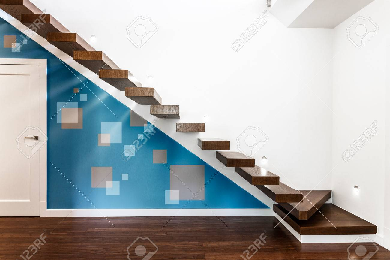 Vue horizontale d\'un escalier moderne illuminé