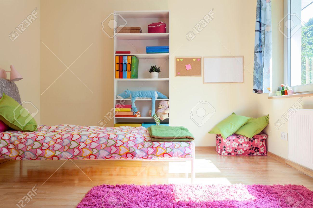 Chambre Jaune Vif Avec Des Décorations Rose Pour Fille Banque D ...