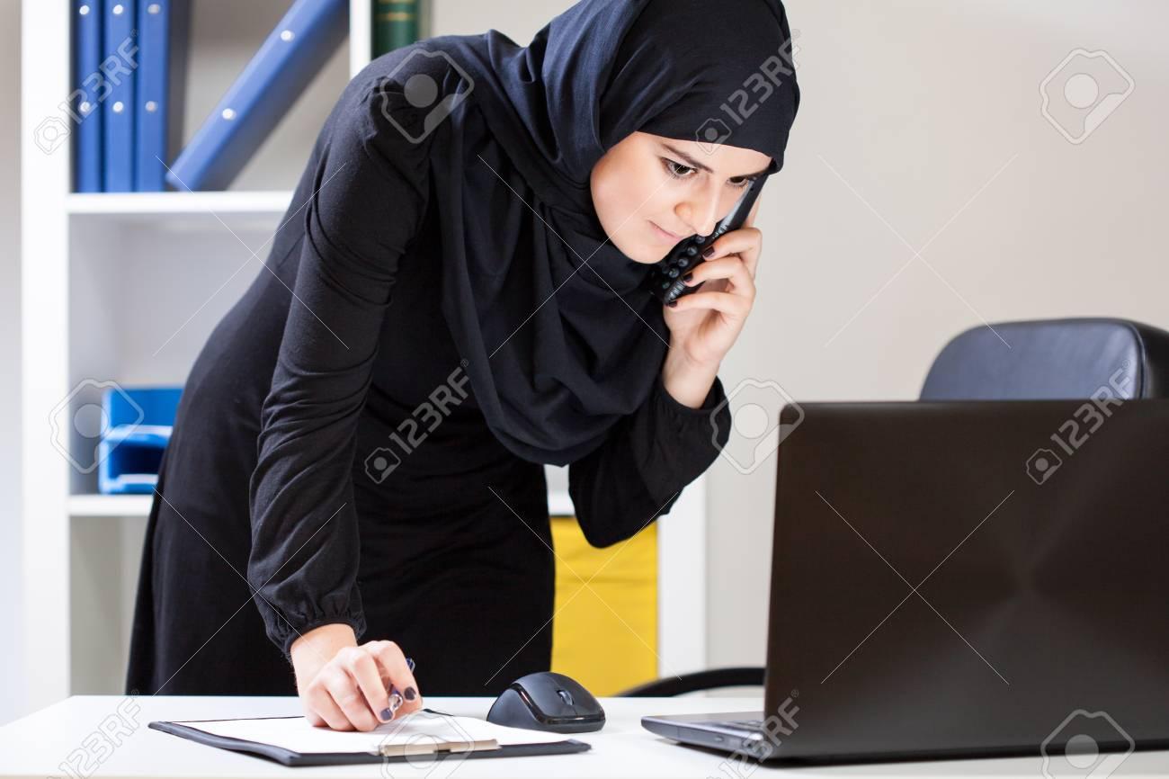 Employé de bureau utilisant un ordinateur portable et arabe en