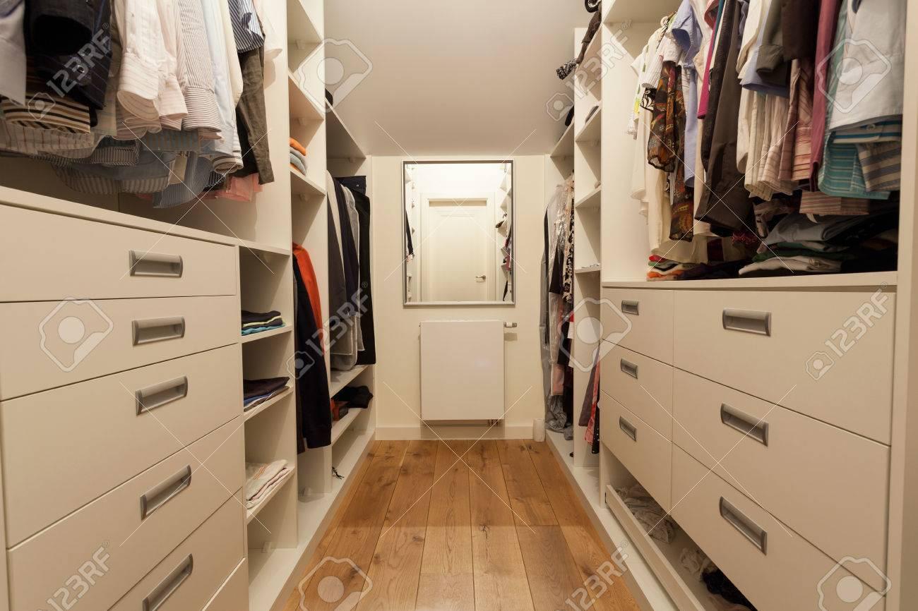 Grosser Kleiderschrank Im Neuen Haus Horizontal Lizenzfreie Fotos