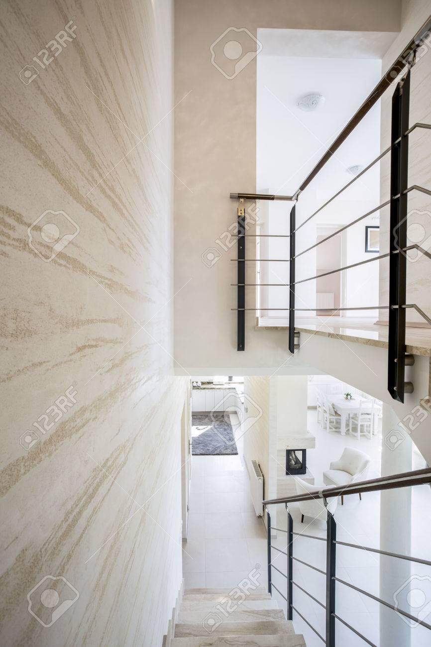 Intérieur de luxe moderne avec des escaliers en marbre lumineux