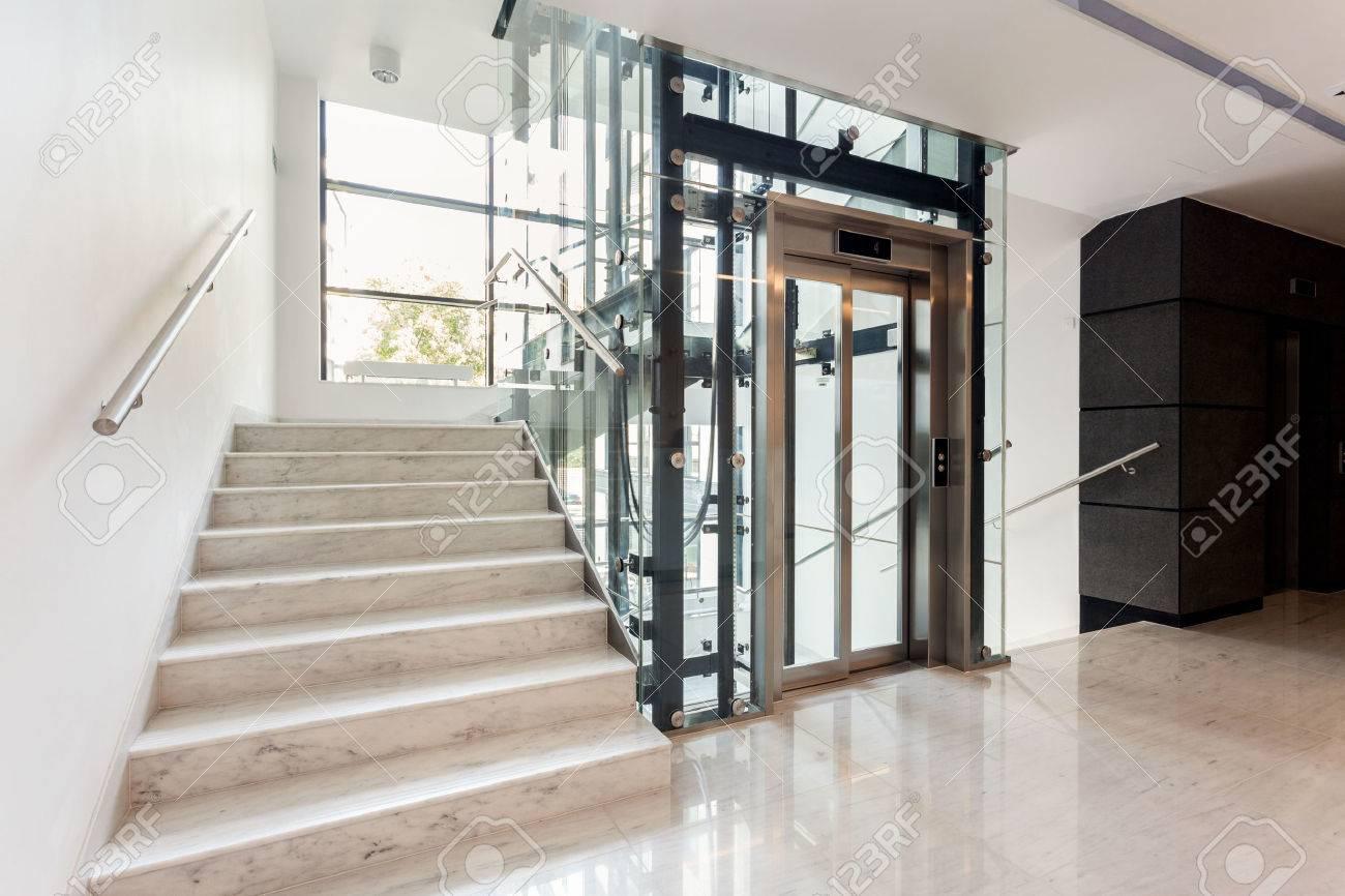 Hall D\'entrée Avec Escalier Et Ascenseur à L\'intérieur Du Bâtiment ...