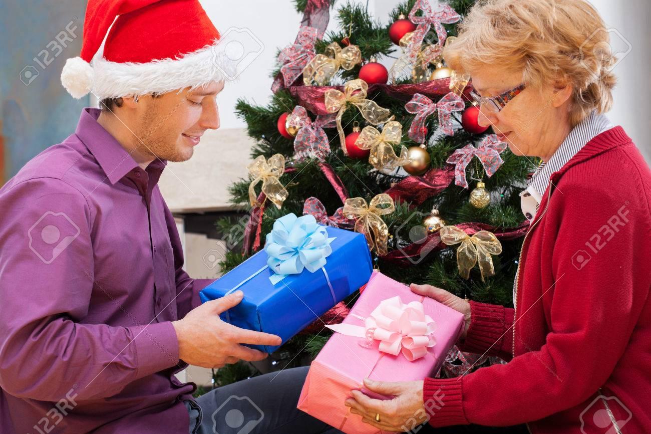 Großmutter Und Enkel Geben Sich Weihnachtsgeschenke Verpackt ...