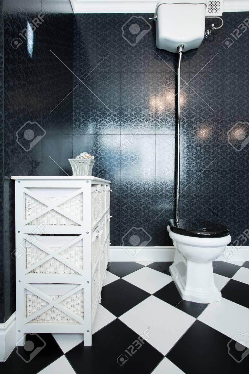 Bild Von Schwarz Weiß WC In Großen Bad Standard Bild   33756171