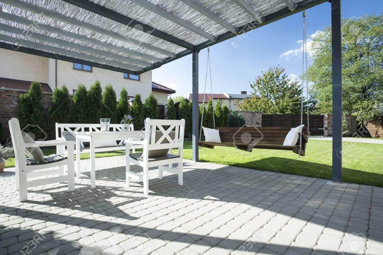 Schöne Terrasse Mit Schaukel Im Garten Lizenzfreie Fotos, Bilder ...
