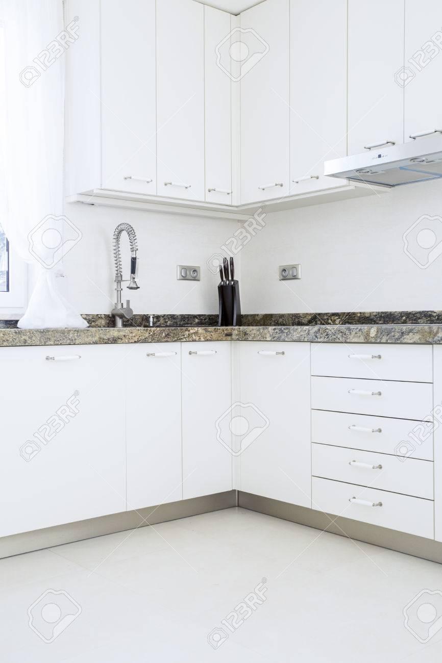 Weiss Moderne Kuchenschranke Mit Granitplatte Lizenzfreie Fotos