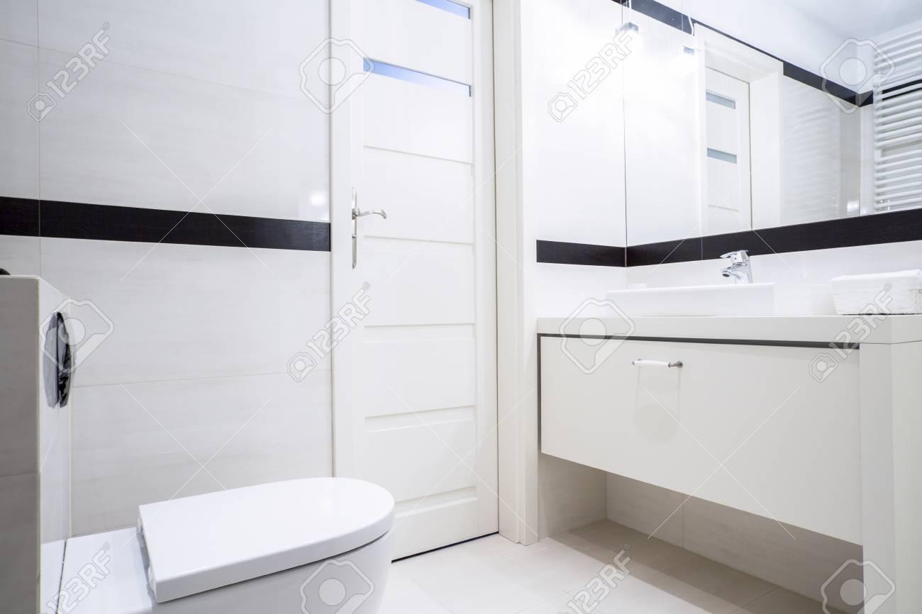 Pequeño Cuarto De Baño Blanco Y Negro, Con Muebles Modernos Fotos ...