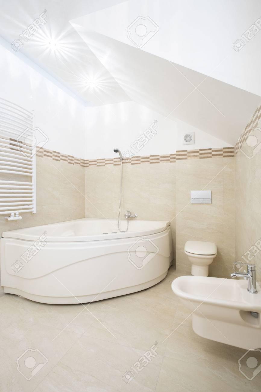 Cuarto de baño moderno con gran bañera de esquina