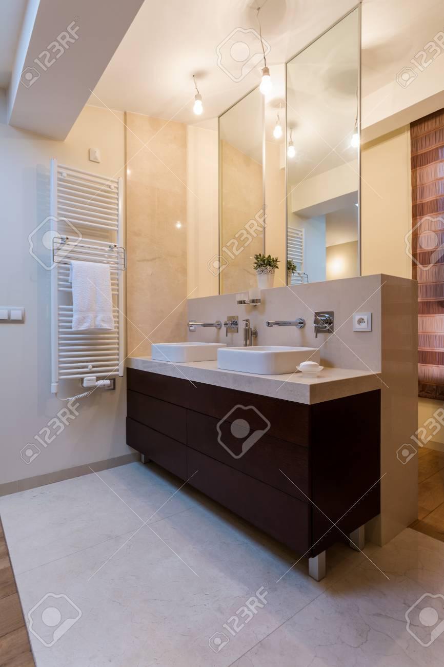 Vertikale Blick Auf Schonheit Bad Mit Zwei Waschbecken Lizenzfreie