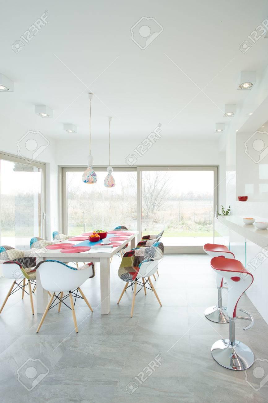 Contemporary sala da pranzo interna con sedie di design