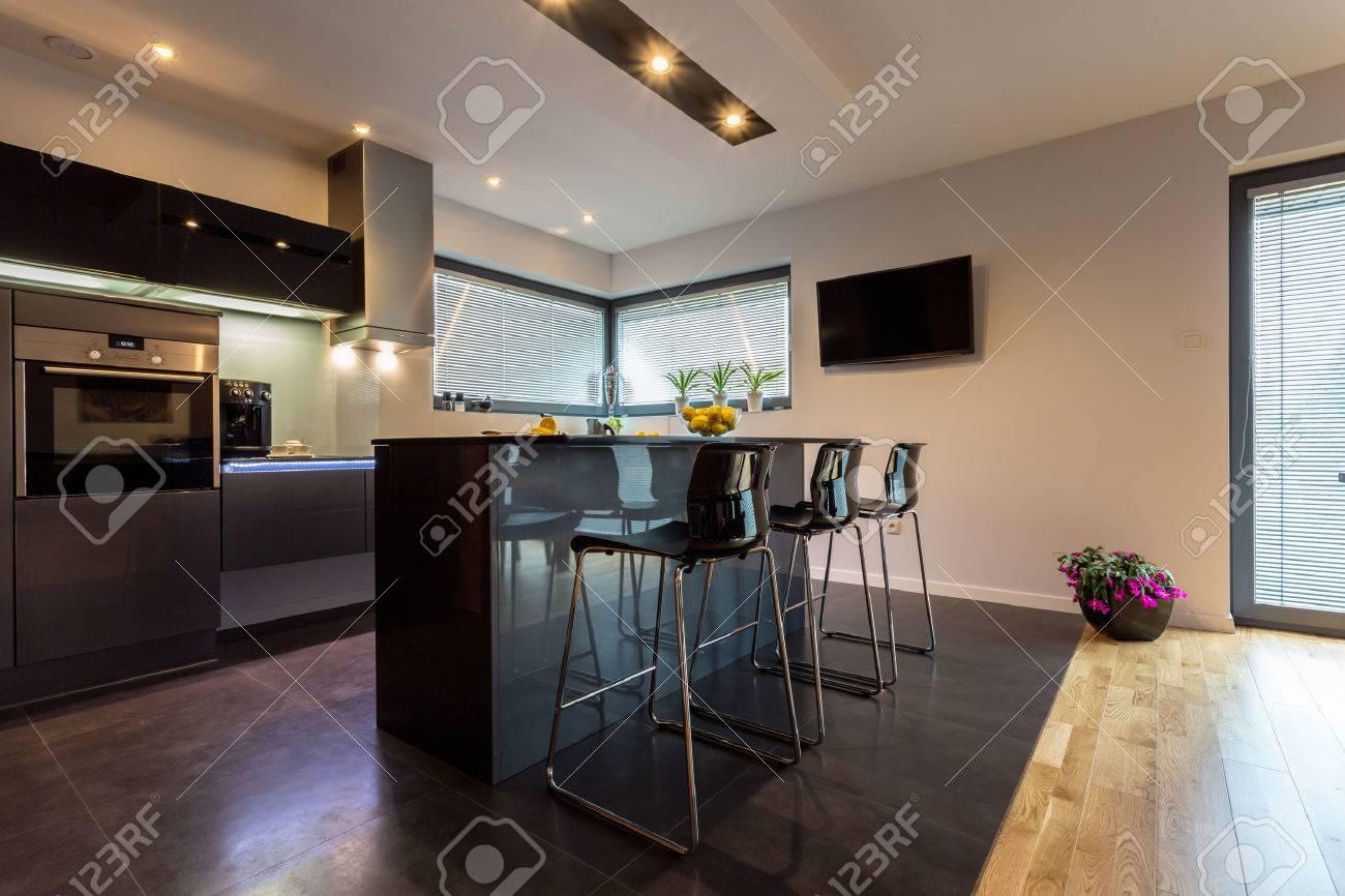 Intérieur de cuisine de luxe moderne avec des éléments en acier