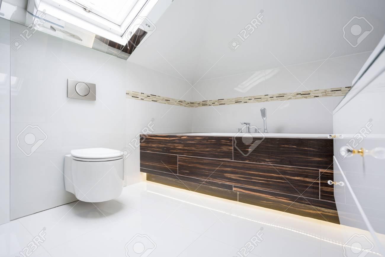 Immobilier salle de bains moderne blanc avec éléments en bois