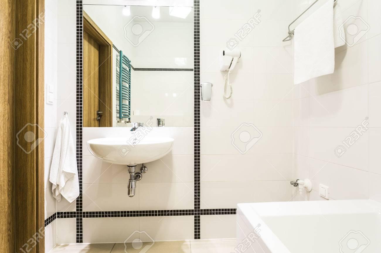 Moderne Schwarze Und Weiße Badezimmer Mit Türkis-Heizkörper ...