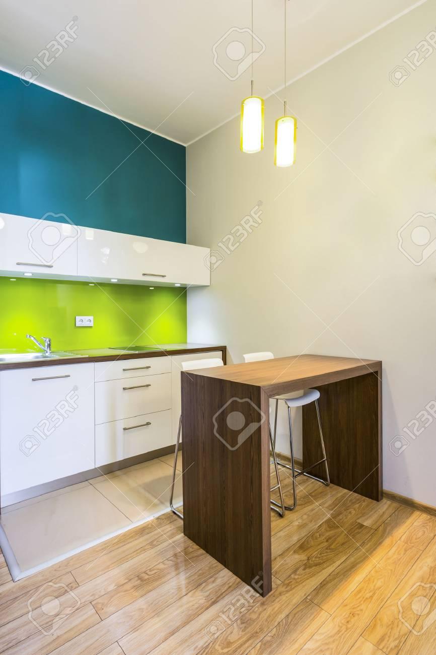 Espacio De Comedor Pequeño En La Cocina Moderna, Verde Fotos ...