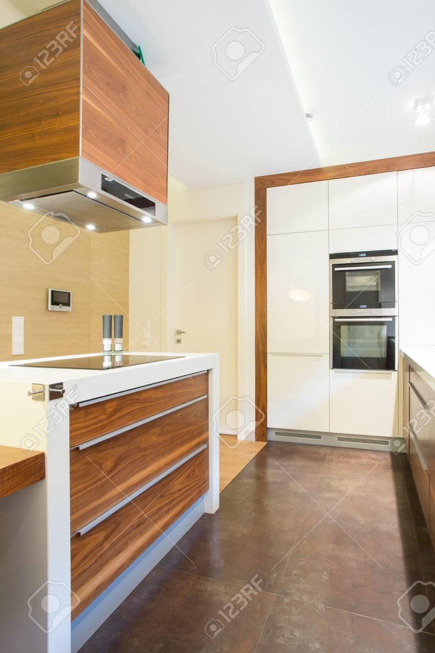 Vista verticale della nuova cucina di lusso con le unità di legno