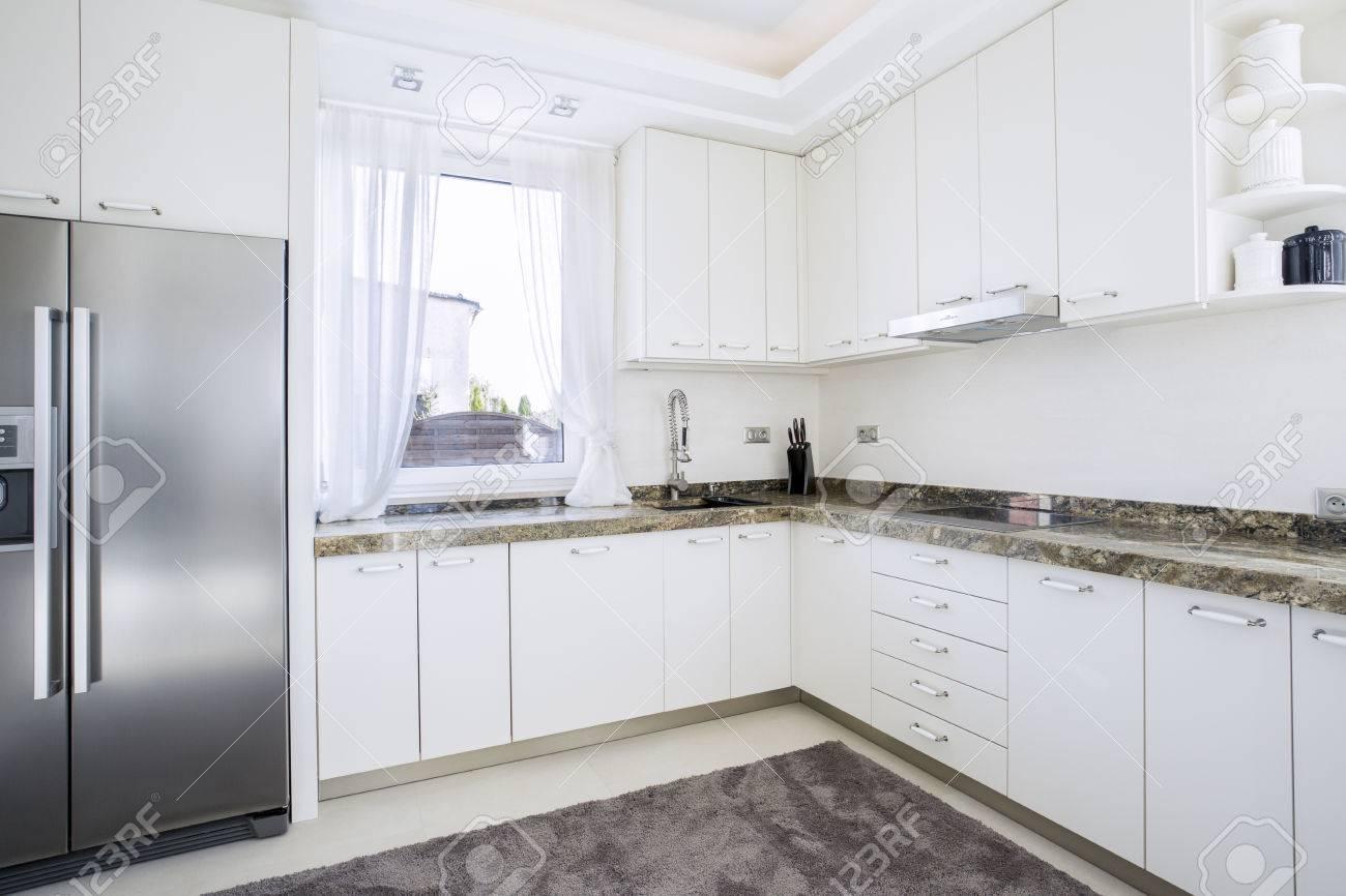 horizontale ansicht der küche mit marmor-arbeitsplatte lizenzfreie