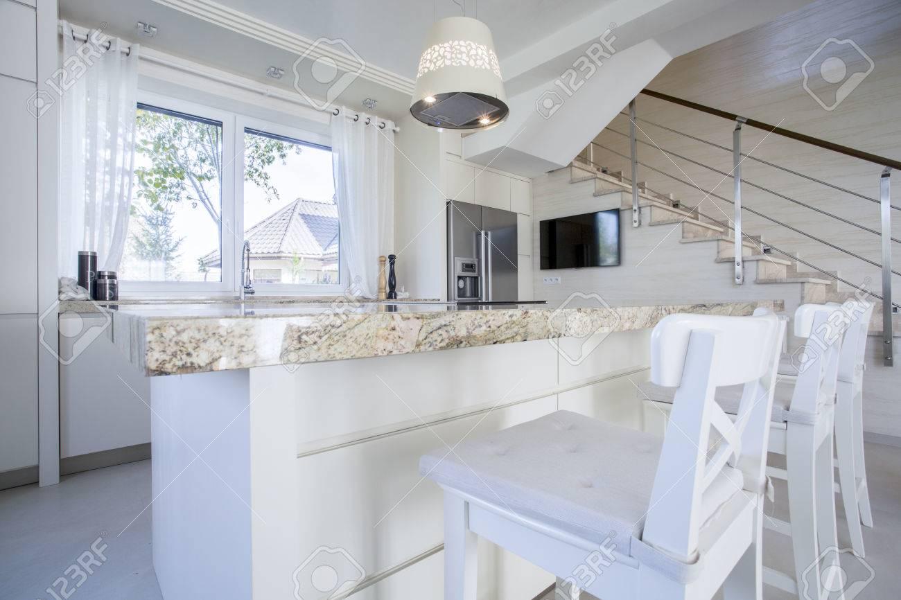 Plan De Cuisine En Marbre intérieur de cuisine lumineuse de luxe avec plan de travail en marbre
