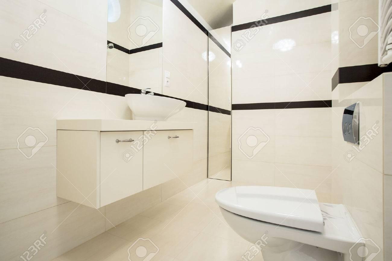 interior del cuarto de bao con azulejos de color beige y negro foto de archivo with - Azulejos Cuarto De Bao