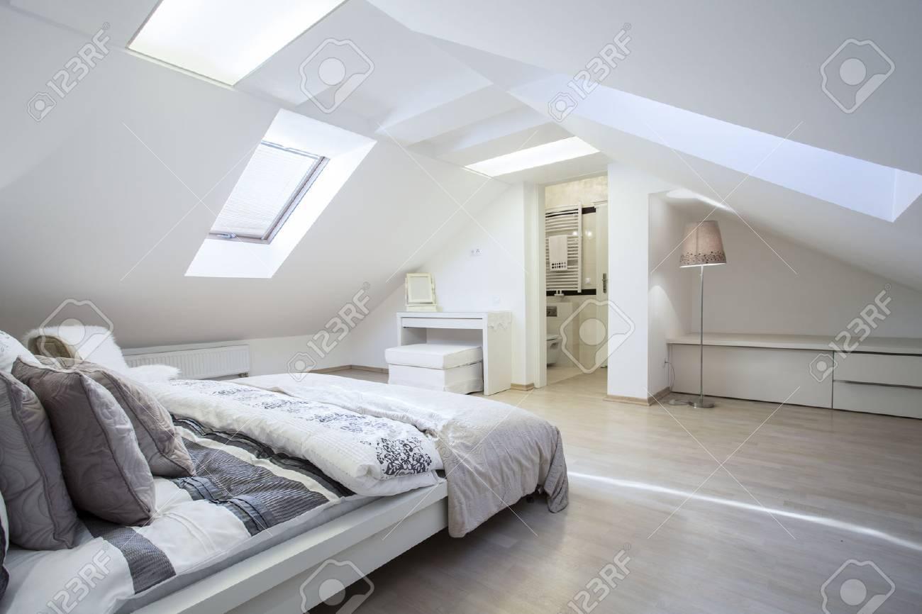 広々 としておしゃれなベッドルーム バスルーム付け接続 ロイヤリティー